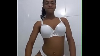 pelada funk no baile Valentina vixen wearing nothing but trainers cleaning the kitchen
