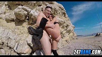 ballbusters public beach thesandfly Elle lui caresse la culotte