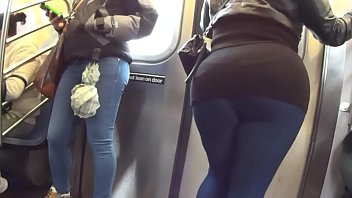 el en agarrando nalgas metro hombres Girl with big tits in public street threesome part 2
