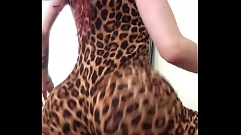 wald joggen im Brunette wearing tattoo plays with her big tits and pussy